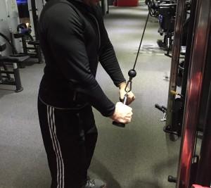 pratimas su trosu tricepsui